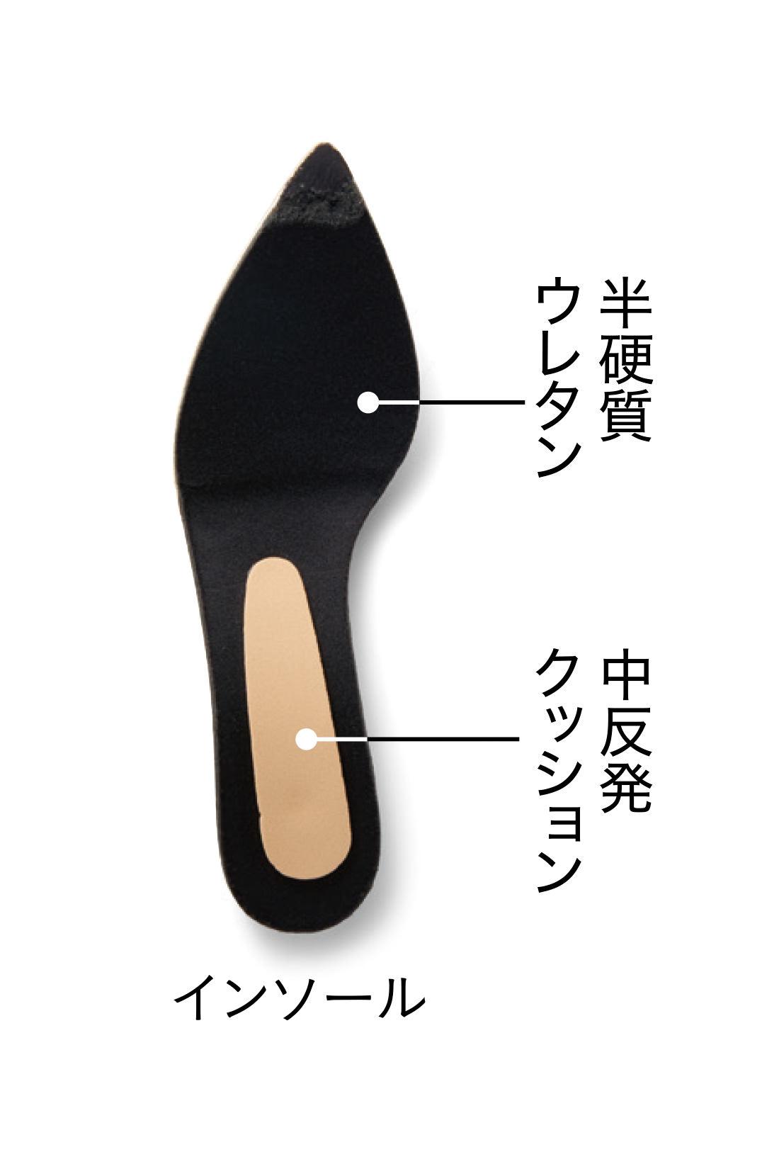中反発&半硬質のクッションでサポート 体重のかかる足先と土踏まずからかかとの部分をしっかりフォロー。こだわりのインソールを採用し、長く履いてもつかれにくい仕様に。 インソールは抗菌防臭加工 むれやニオイが気になりにくいから、素足で履いても安心。