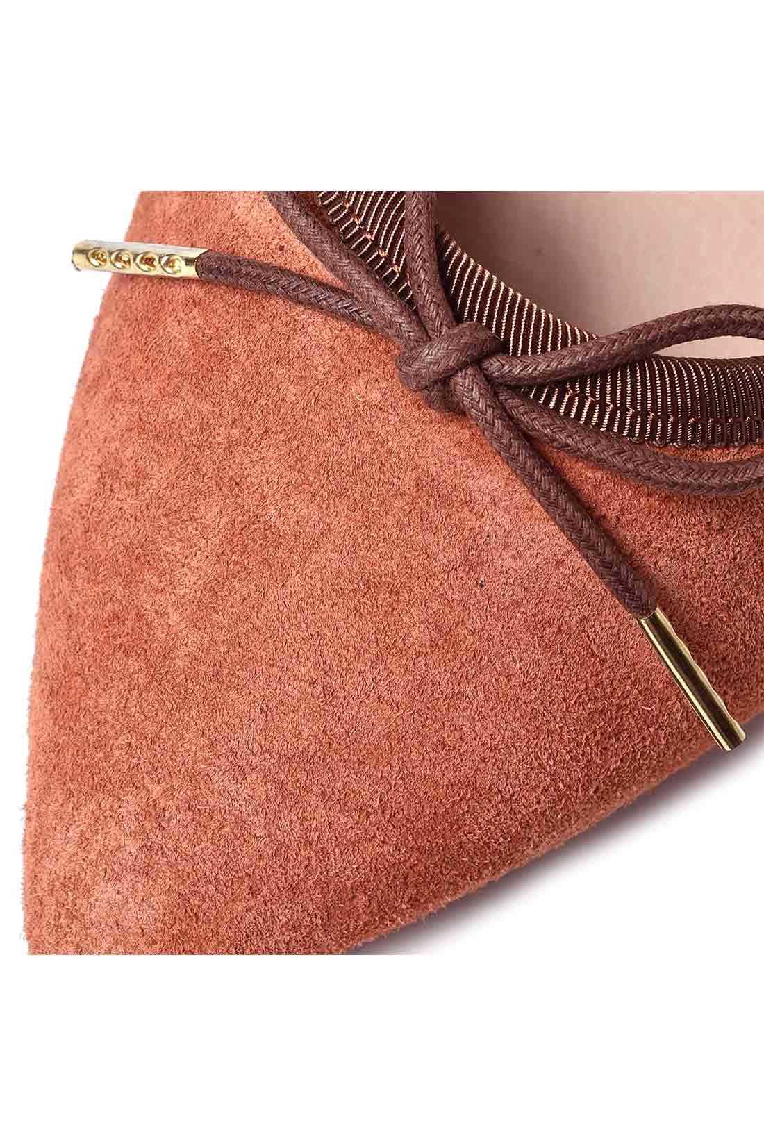 履くほどに足になじみ、やわらかく上品な印象のピッグスエード。 こっくり深みのある美しい発色がスタイリングを盛り上げます。