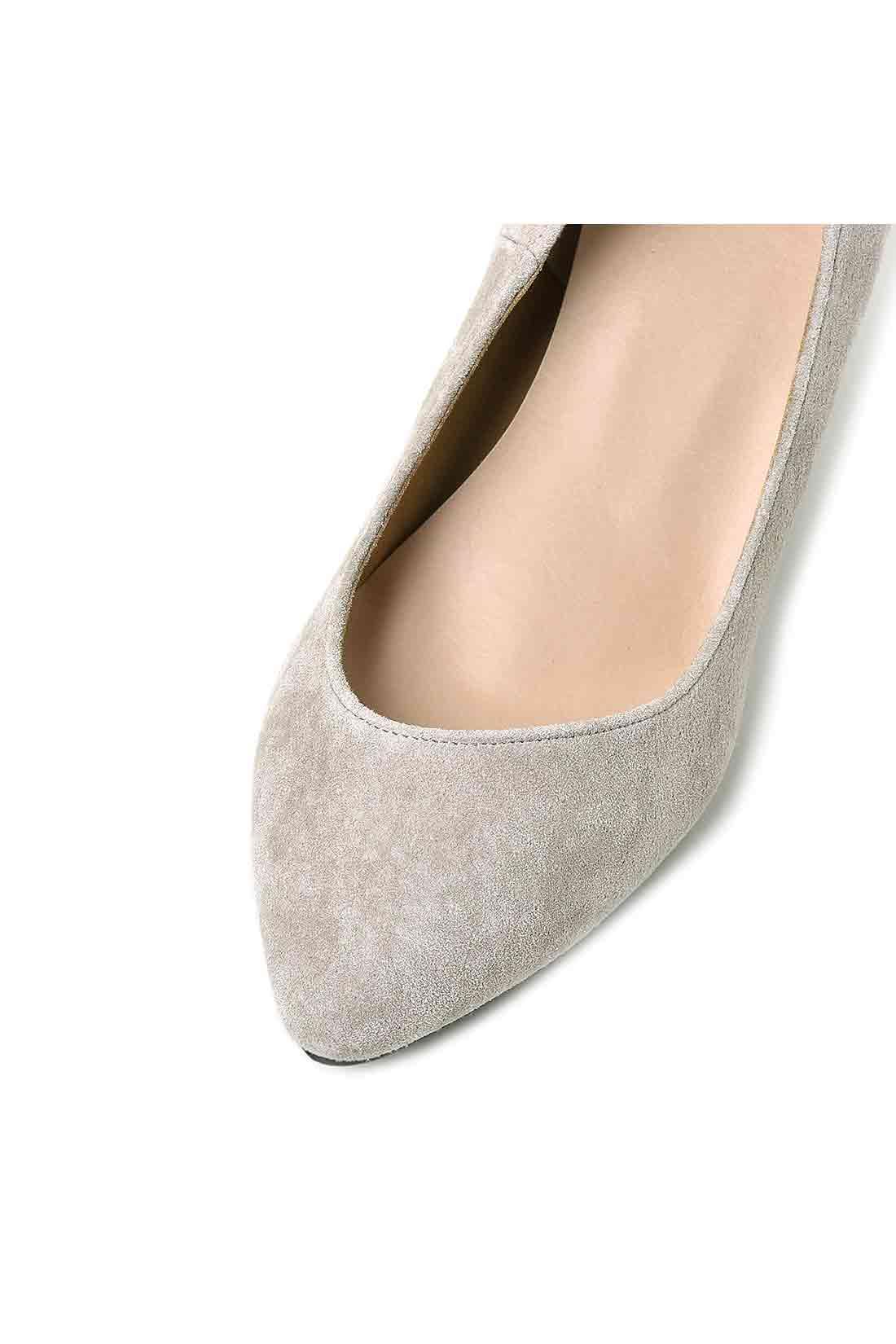 オブリークカットできれいを極める ほんのり斜めにカーブするカットで美脚見せと華奢(きゃしゃ)な足先を演出。