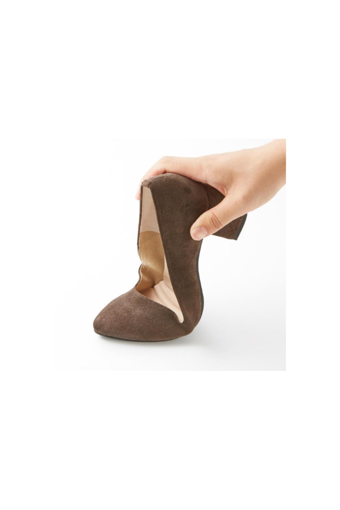 ぐいーんと屈曲! しなやかソール 底はゴム素材で滑りにくく歩きやすい。パンプスとは思えないほど屈曲性があり、走れそうなほど軽やかな履き心地は、アクティブに駆けまわる忙しい女性の強い味方。