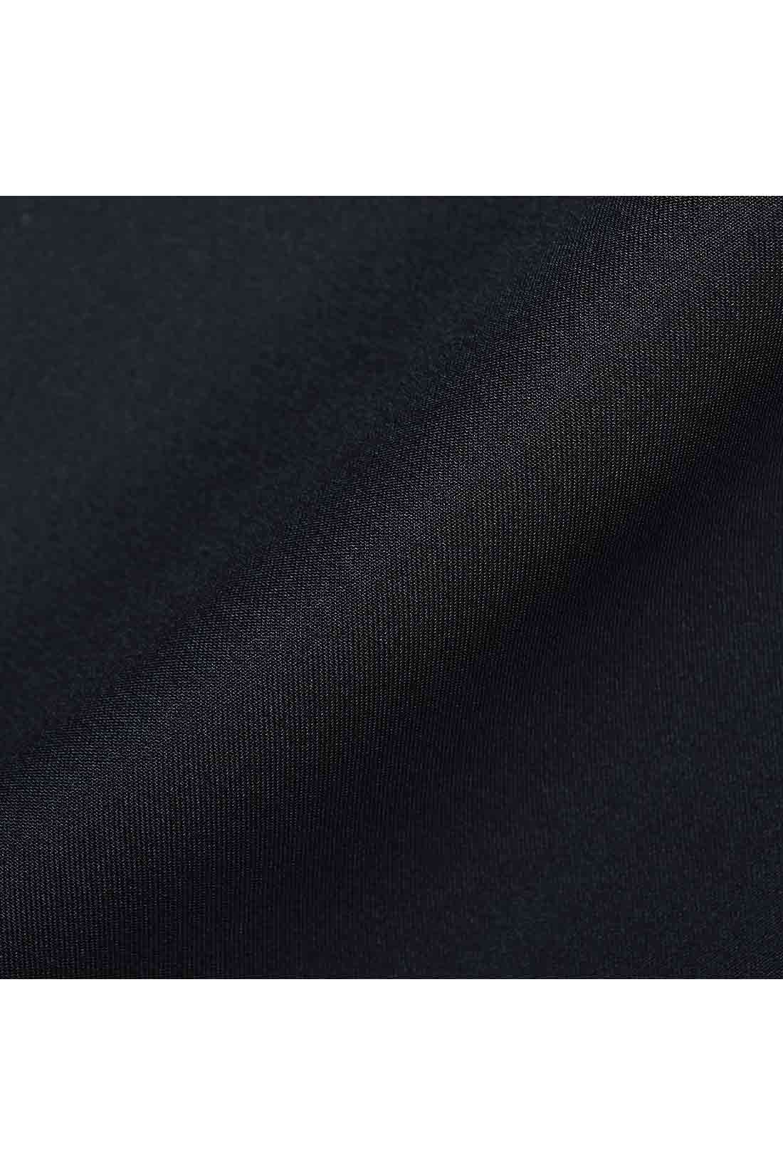 付属のスカートはドレープがきれいに映える光沢素材。異素材のコントラストもきれい。