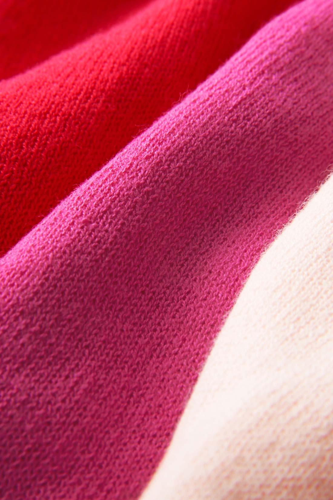 綿100%の強撚の糸を使った、さらりと肌ざわりのいいニット素材。