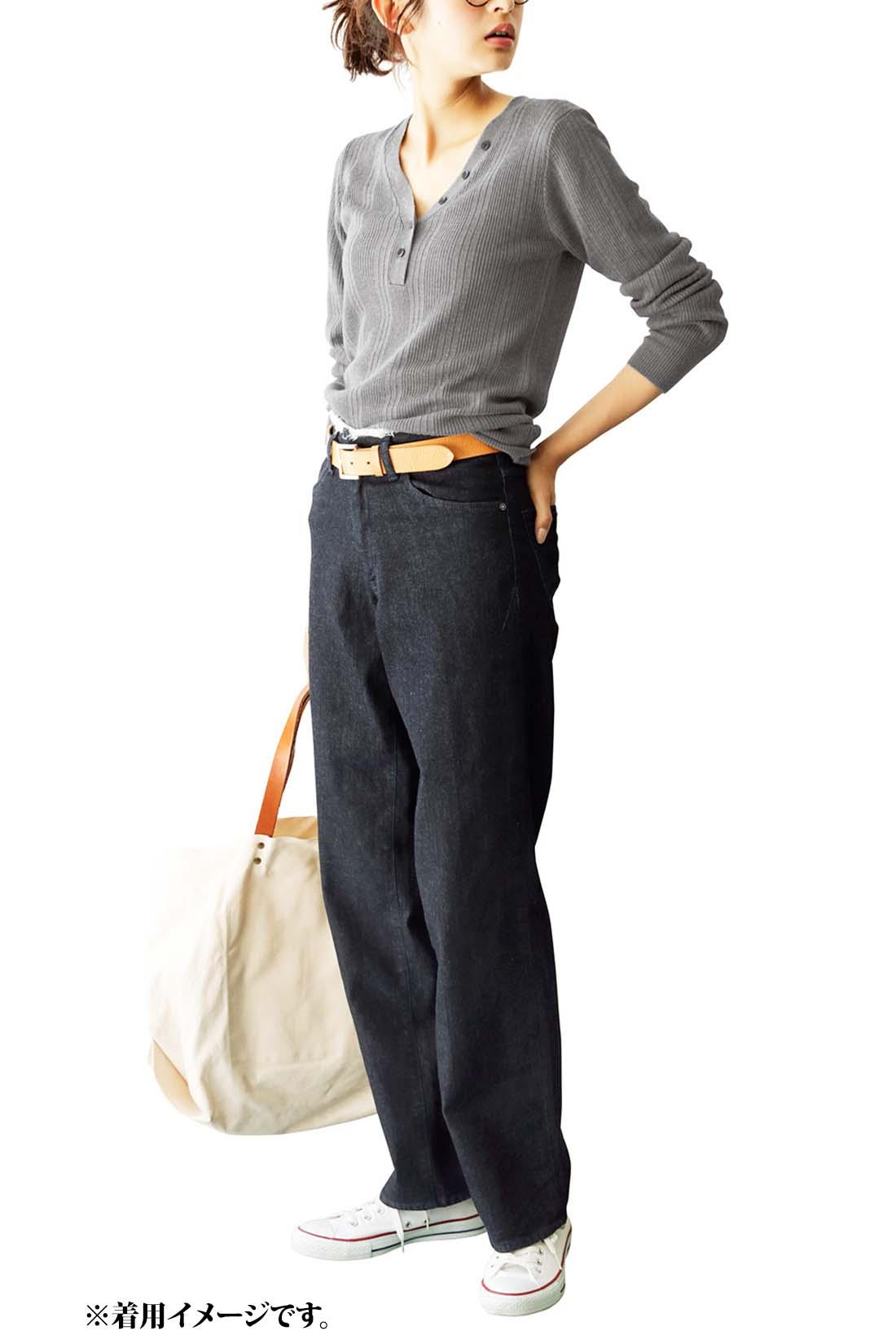 これは参考画像です。太ももはゆったりしつつ、すそに掛けてゆるやかに細くすることで、ワイドでも足もとが重くならずすっきりと着られます。