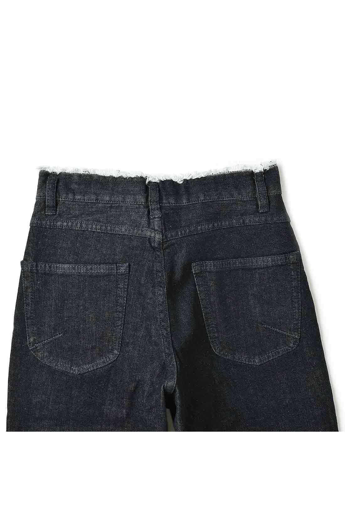 バックスタイルは大きめポケットがヒップをカバー。