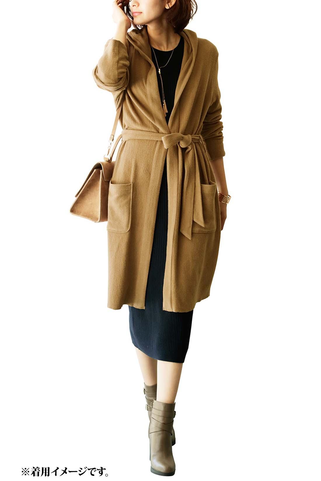 これは参考画像です。トレンドの長め丈スカートにはガウン風の着こなしで、しっかりウエストマークして女っぽさを際立たせて。