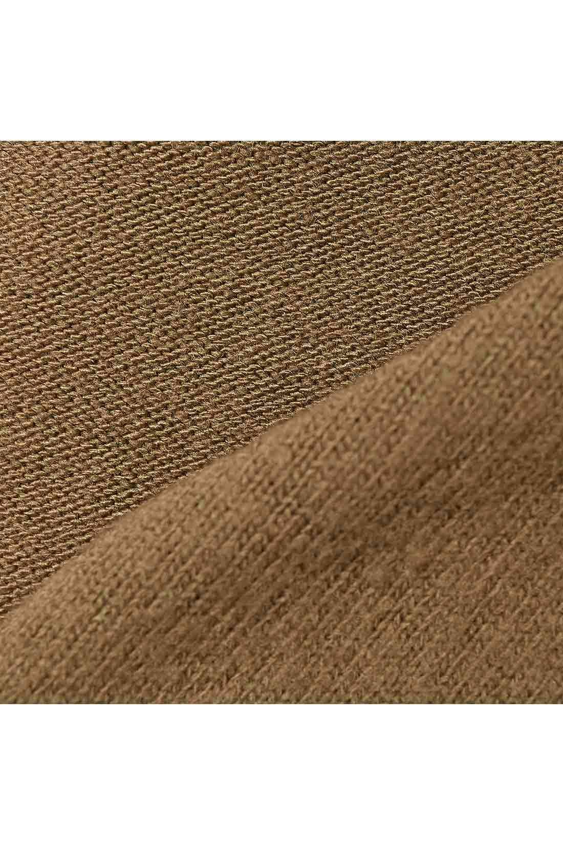 厚みのあるやわらかなカットソーを使用。表は肌当たりのやさしい微起毛で、からだに当たる裏面は起毛はなくとてもやわらか。とろみのある美しい落ち感も自慢。