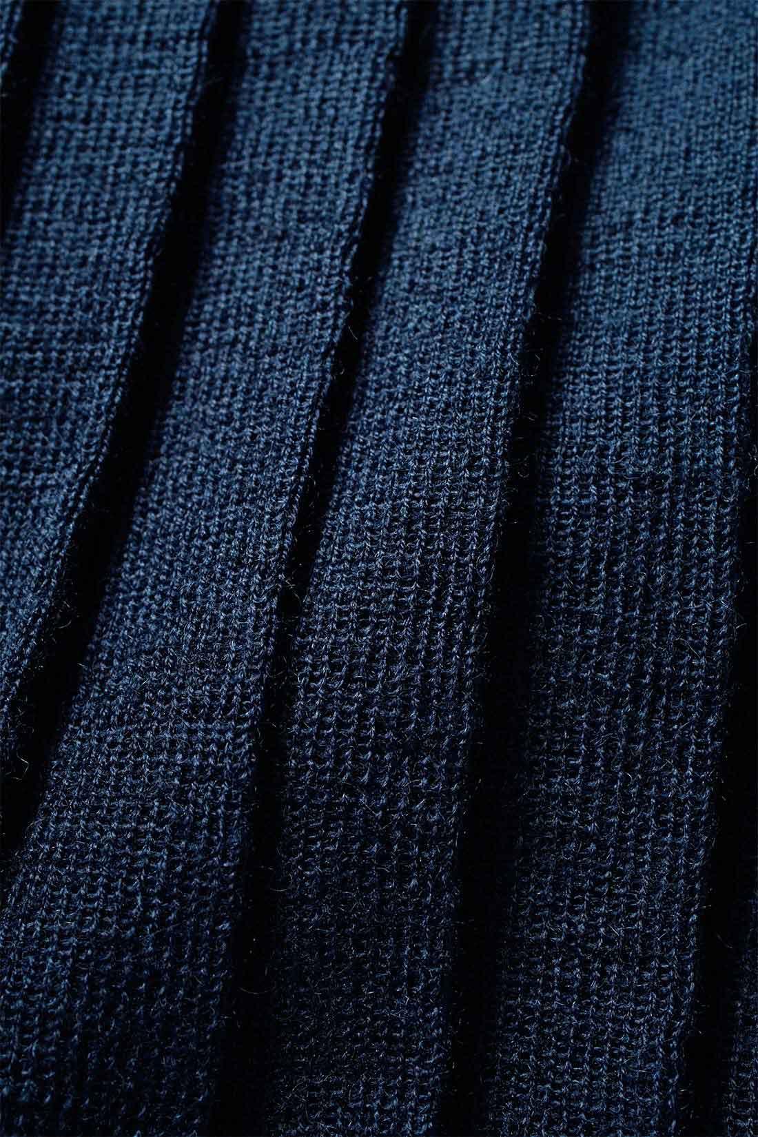 しわが気になりにくいハイゲージニット。 ウール混素材なので暖かく、編み地の切り替えで作ったハイゲージのニットプリーツはしわが気になりにくいのもうれしい。 ※お届けするカラーとは異なります。