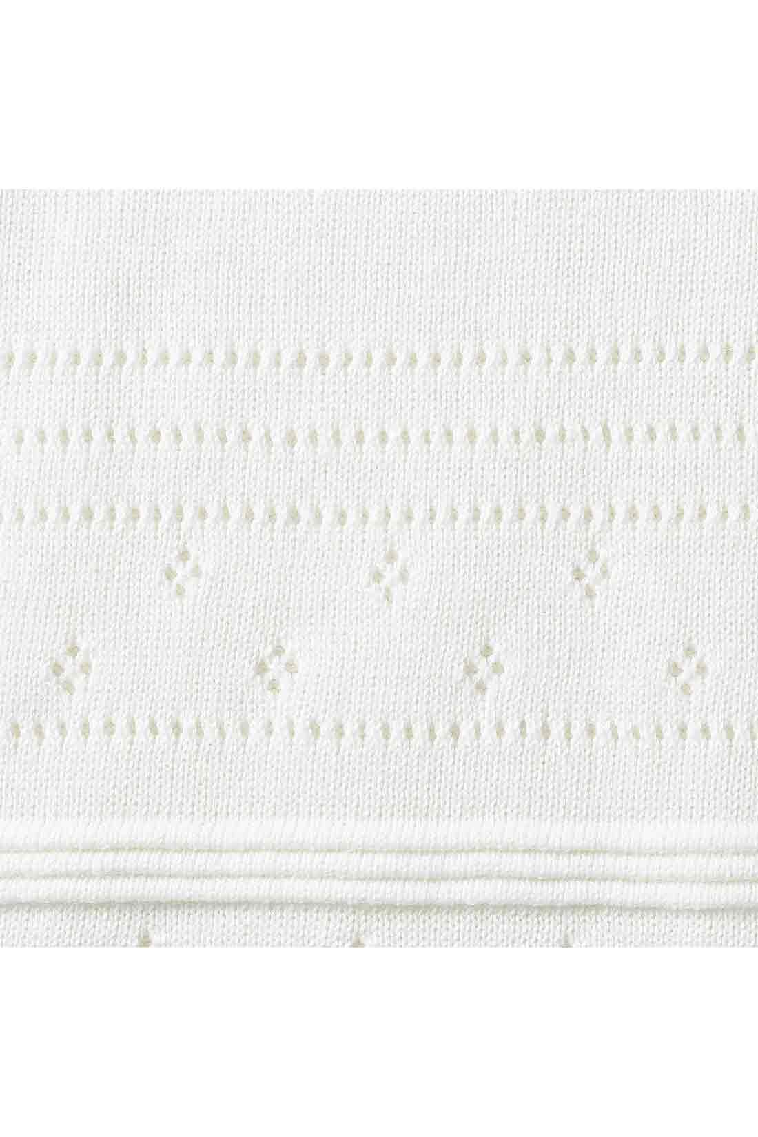 お花のような繊細なアイレットがキュート。 編み地を切り替えてボーダー状にあしらったり、アイレットの花を咲かせたりと、一枚で着映えするデザインも◎。素材はさらりとしたコットン100%ニット。肌ざわりよく、暑い時期から心地よく快適。