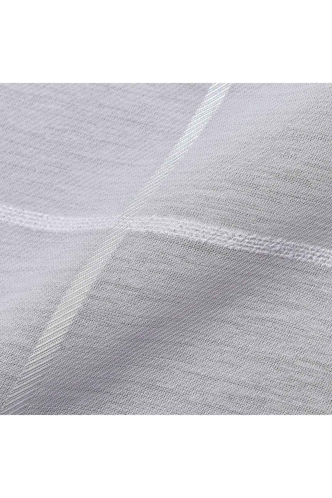 シアー素材にチェックの織り柄で変化を付けてより立体的に美しく。