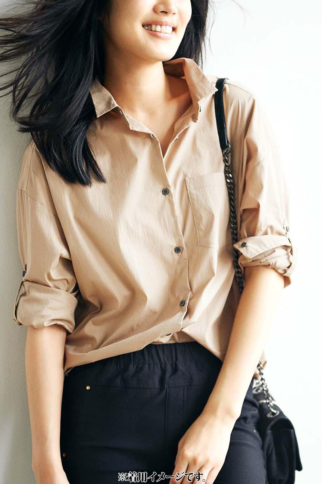 これは参考画像です。広めの衿ぐりだから、ボタンを開けたシャツスタイルだって平気。