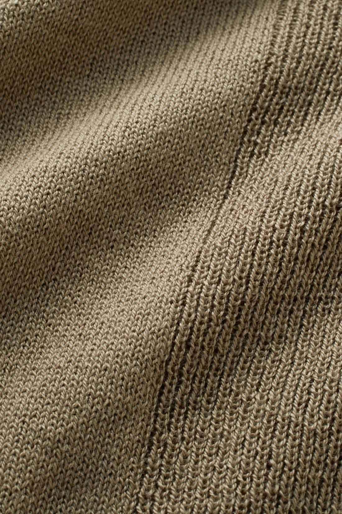 編み地の縦切り替えが細見えのポイント わきの編み地を変えることでメリハリある仕上がりに。やや長めの丈と相まって縦長感アップ。