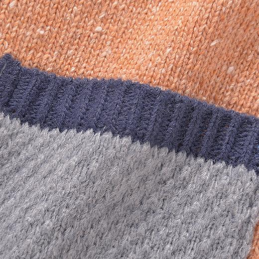 袖とポケット部分のポコポコとした編み地がかわいい。
