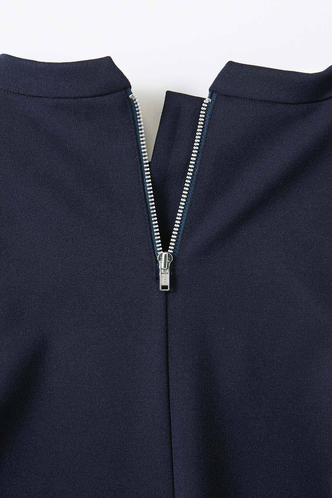 首が自然に美しく見えるように立ち上げたネックライン。バックのファスナーのシルバーカラーはシックで上品な印象です。