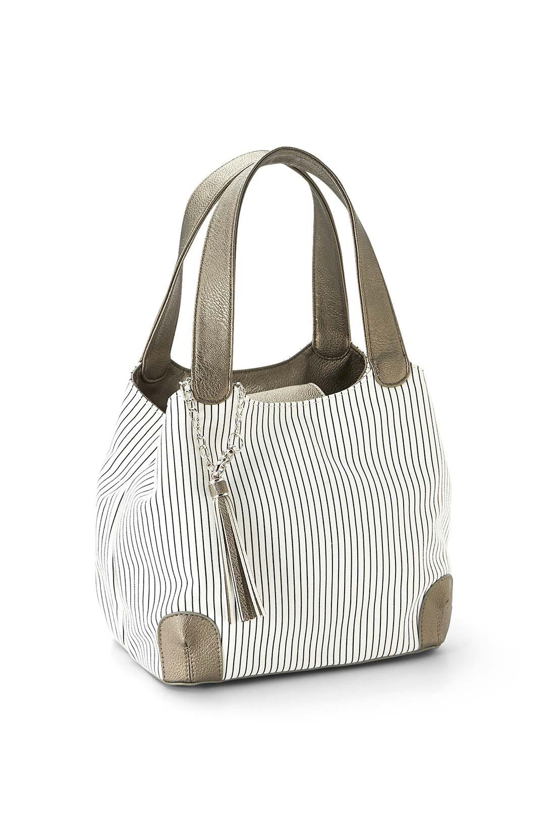 中のスナップを留めると、ころんとした小ぶりのバッグに。