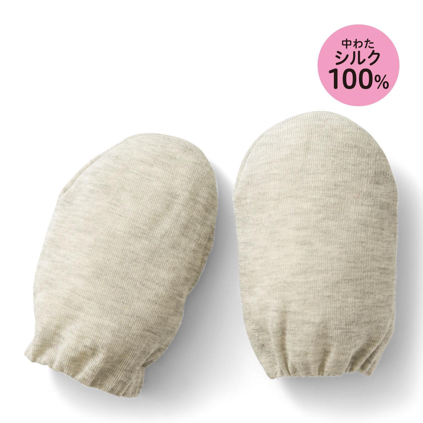 ふんわりとやわらかな綿ニット素材でシルク真綿を包んでいます。シルクならではの保温力で冷えやすい足先を守ります。
