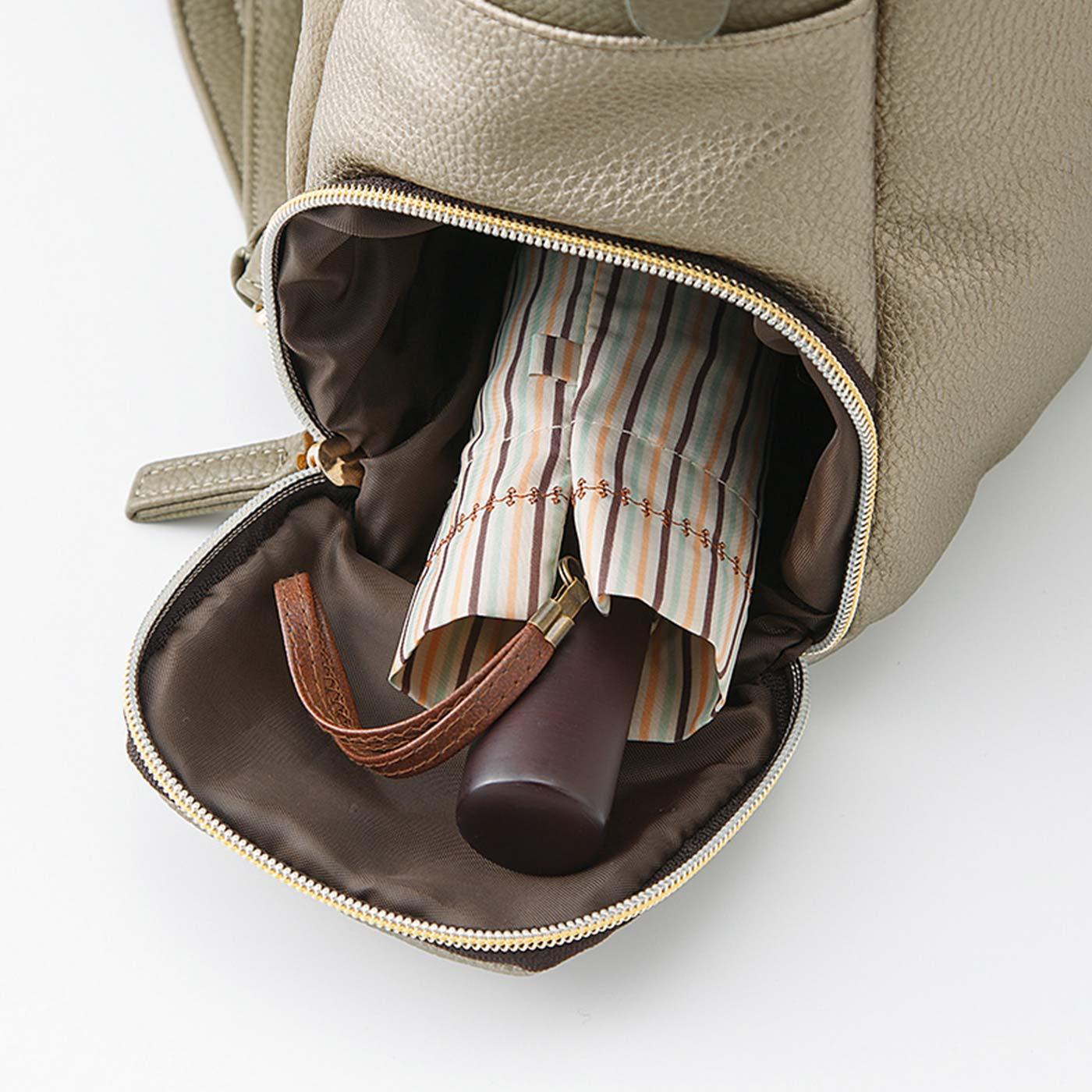 上ばきや折りたたみ傘、お弁当など、分けて入れておきたいものは、底面ファスナーポケットに。