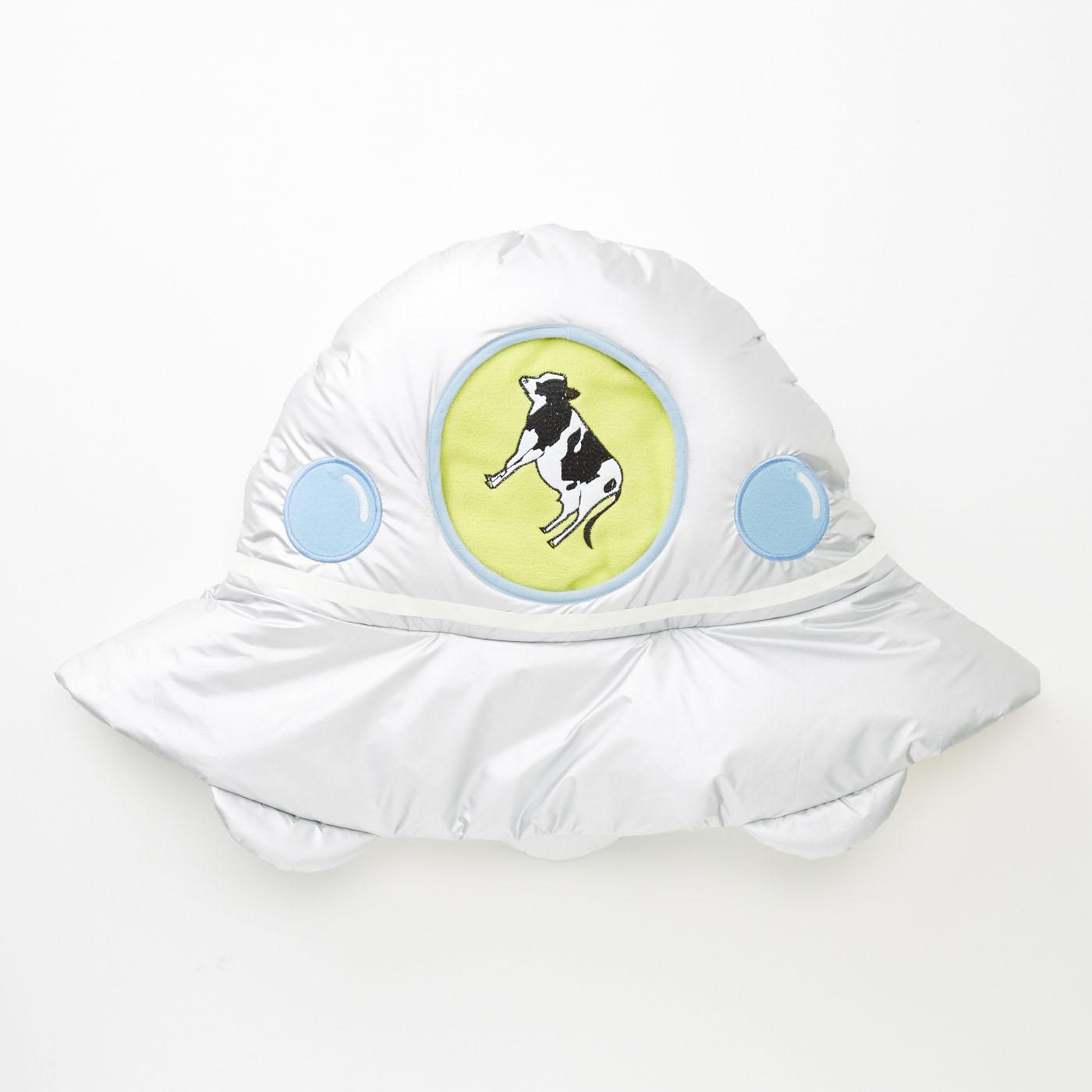 毛布をくるくる畳んでUFOに収納すればクッションに。窓からは捕らわれた牛が覗きます。