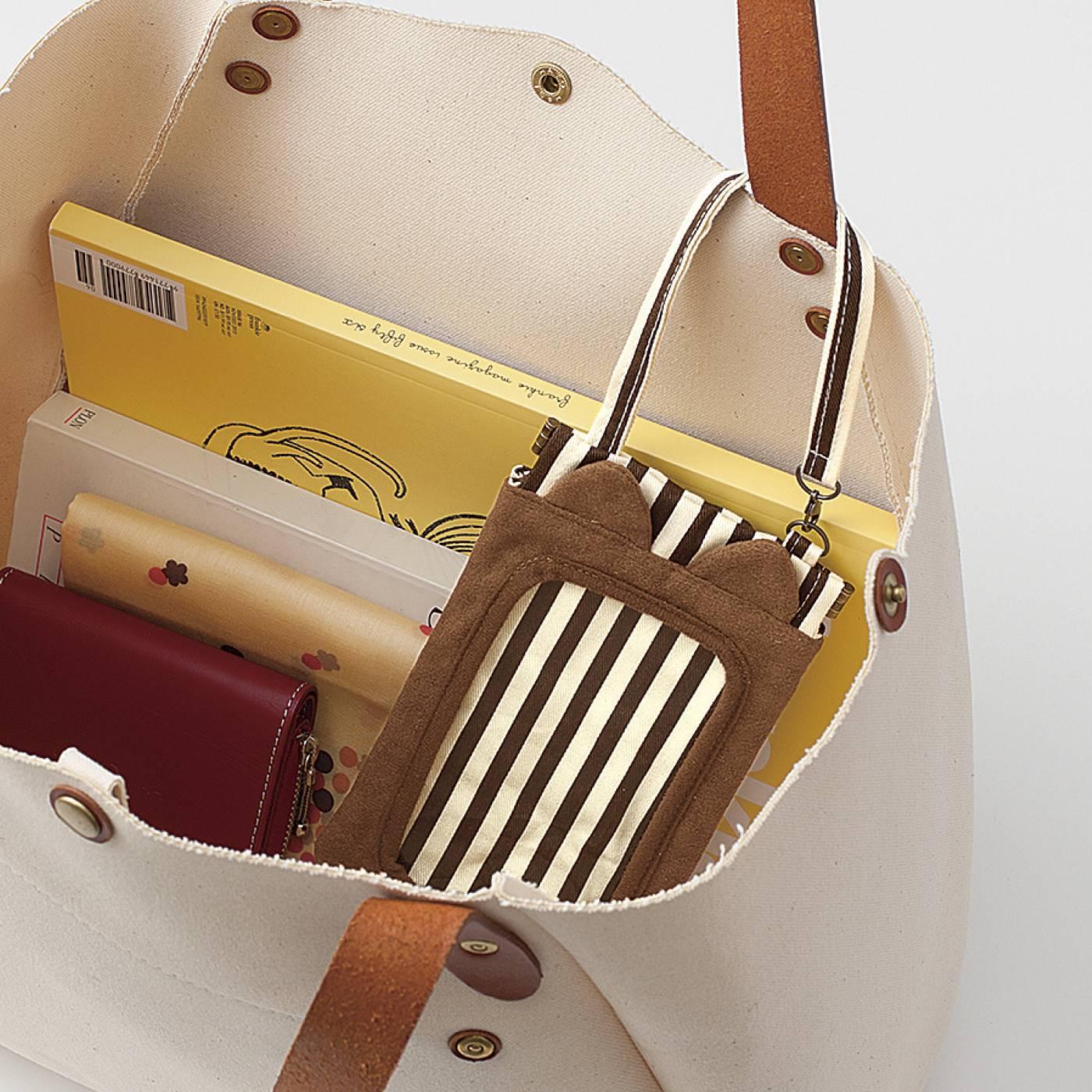 スマートフォンのバッグ内の迷子防止に、持ち手に付けることができます。