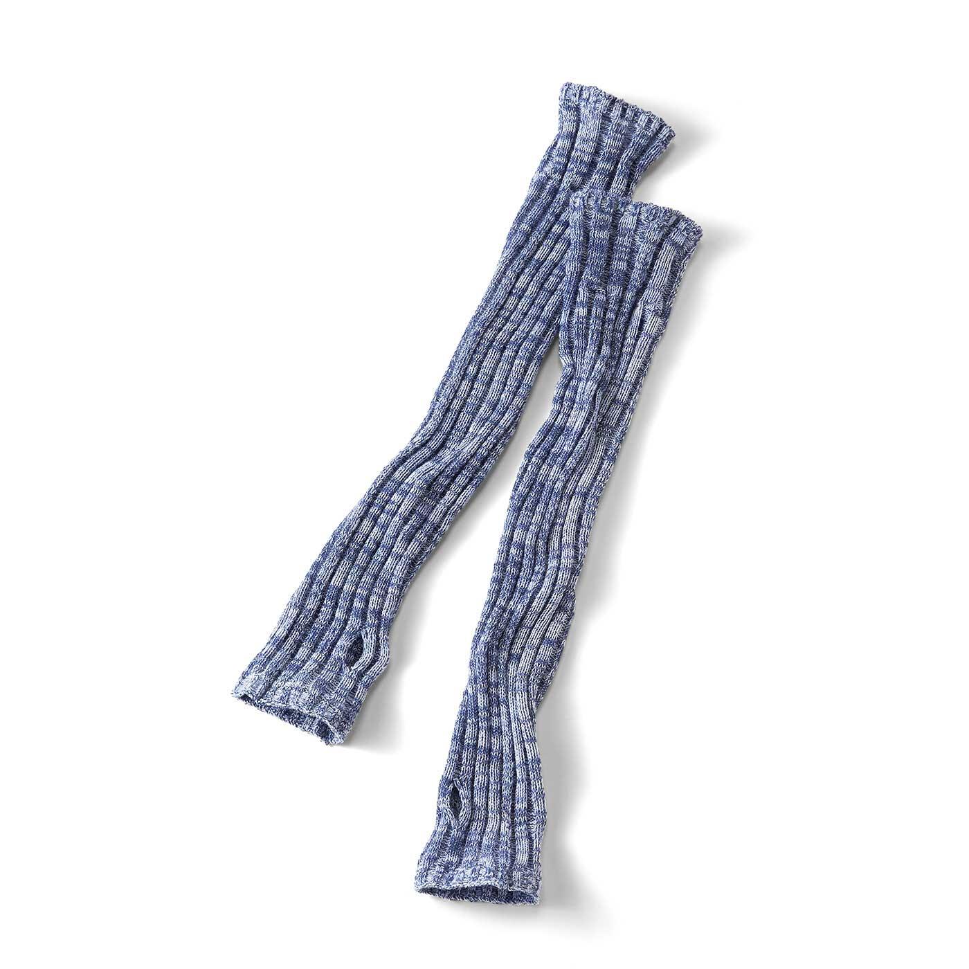 3色の糸を編み立てたミックスカラー。左右でほんのり違う表情もニュアンスたっぷり。