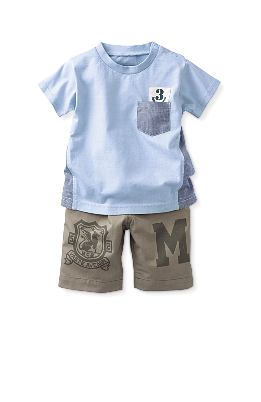 スタイルッシュなロゴなどをあしらったトップスに、元気で着まわししやすいパンツをセット。