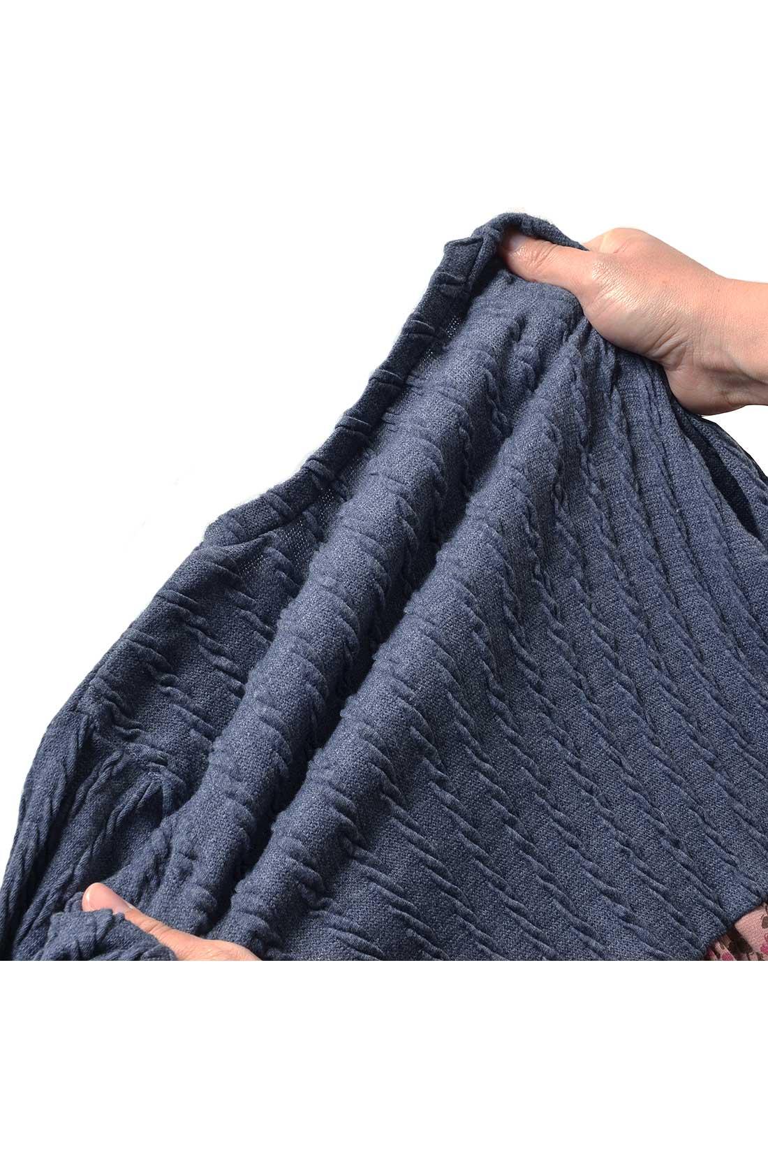 カーデ部分はニットみたいなケーブル柄のストレッチカットソー素材。ぐーんと伸びて、心地よくからだにフィットします。