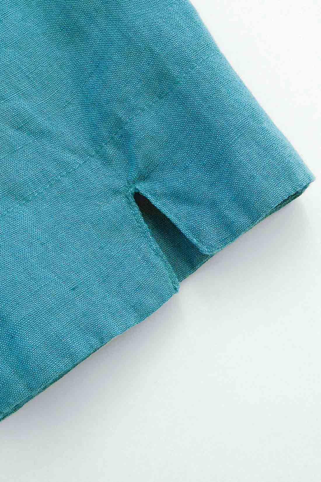 袖に入ったスリットがアクセント。 ※お届けするカラーとは異なります。