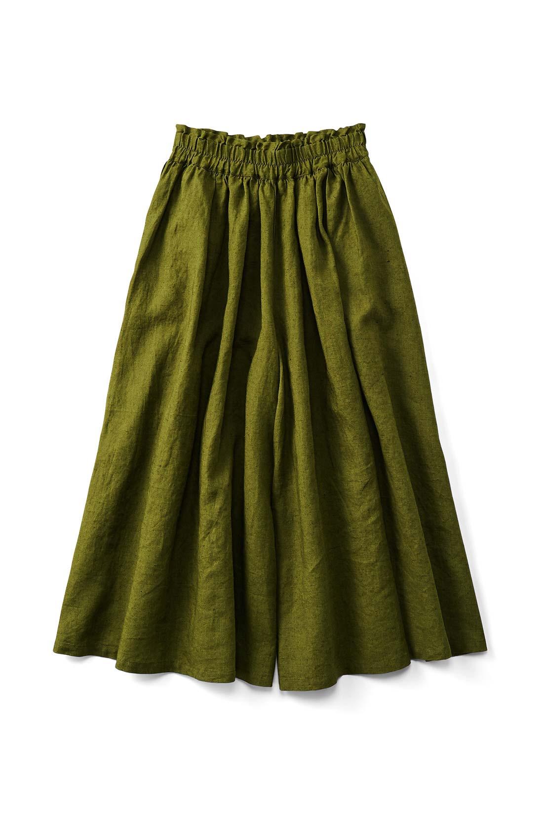 〈カーキ〉 スカートみたいに見えるけれど、実はパンツっていうのがいいでしょ。