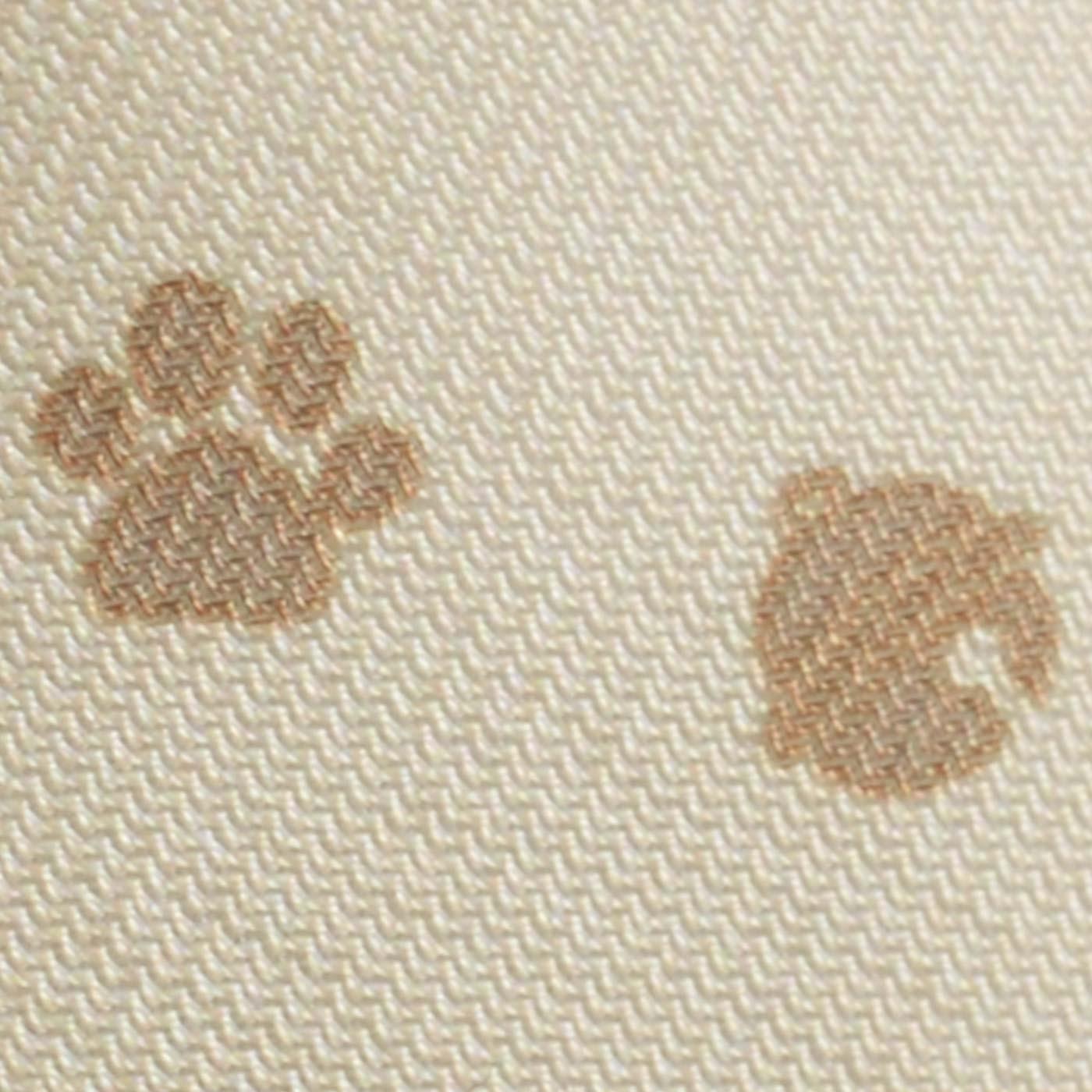 内布も猫の足あと&鈴柄で、ぬかりなくキュート。