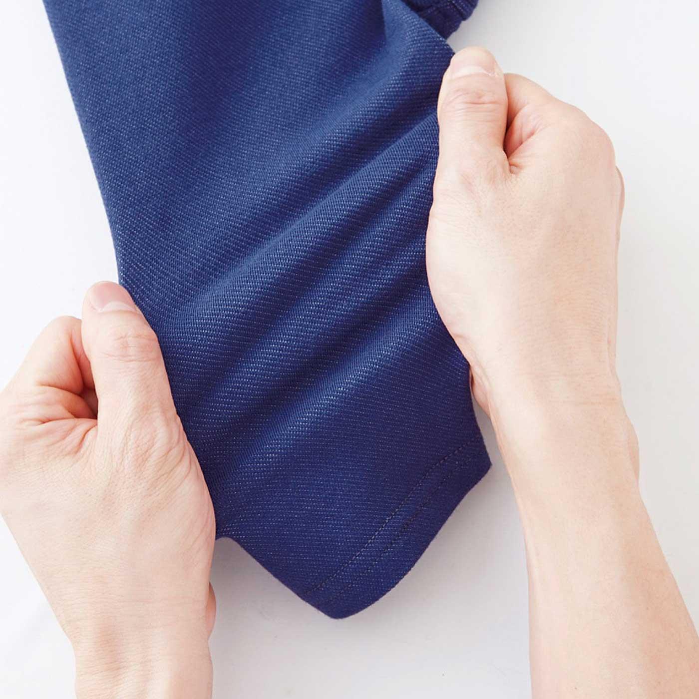 デニムに見えて、実は伸びのいいカットソー素材。硬いパンツが苦手な子にも!