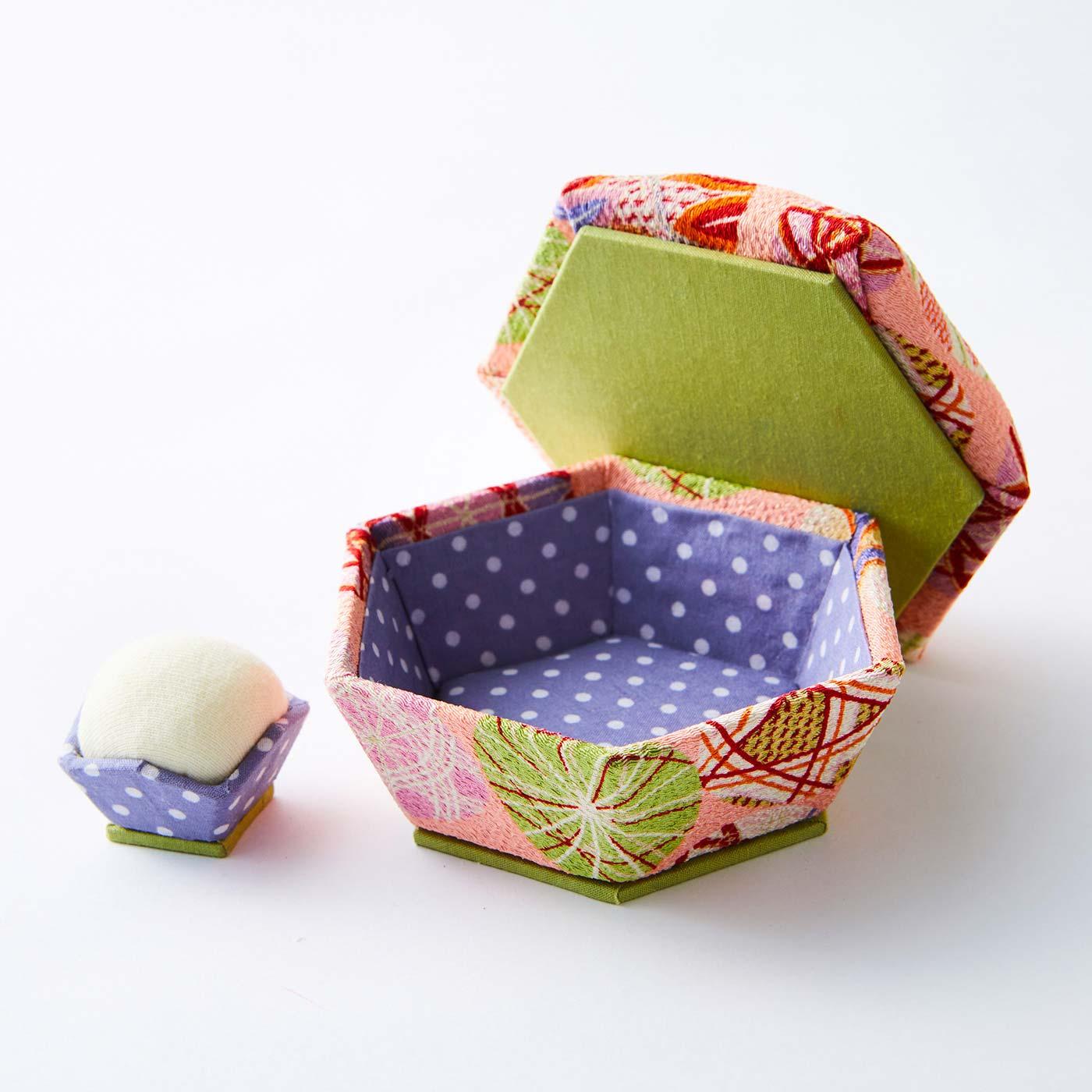 六角箱と針山(文具・小物ケース) 箱:直径約10.5cm、高さ約5.5cm 針山:直径約3cm、高さ約3cm