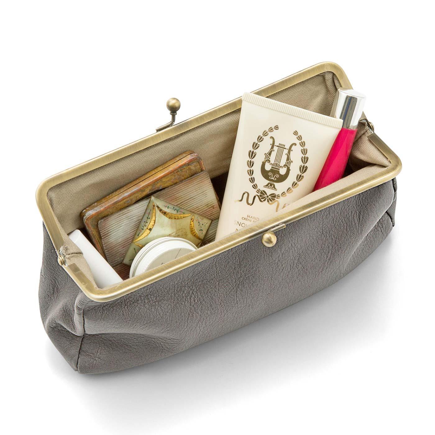 ペンや筆記用具、コスメ用など使い方いろいろ。お札や小銭、スマートフォンなどを入れて、休憩やランチにも。