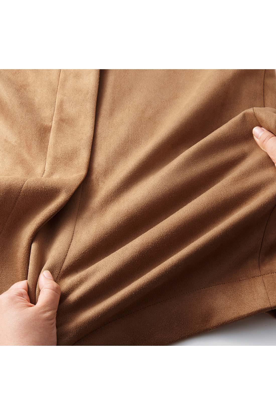 伸びやかなカットソーポンチ素材が動きにフィットして、ペンシルシルエットでもノンストレスなはき心地。 ※お届けするカラーとは異なります。