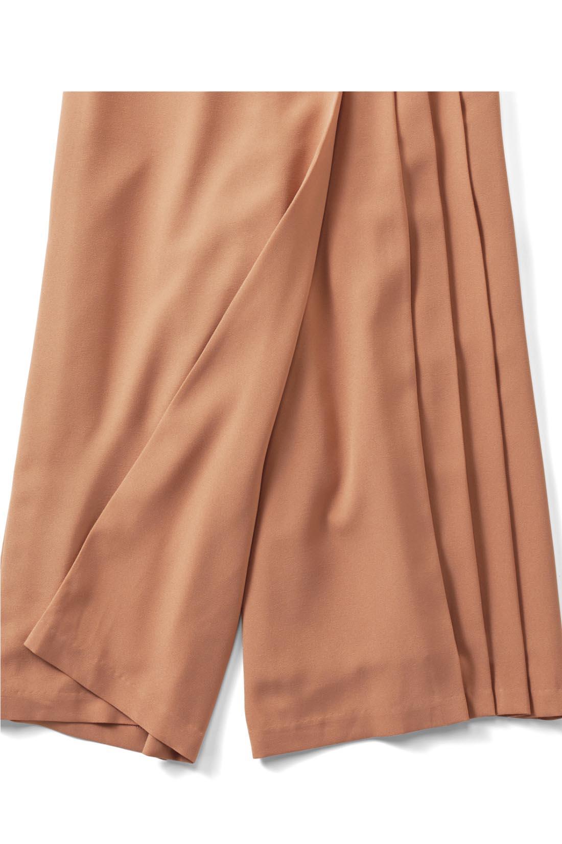 スカートに見えてパンツなので脚さばきよく、アクティブに過ごせます。※お届けするカラーとは異なります。