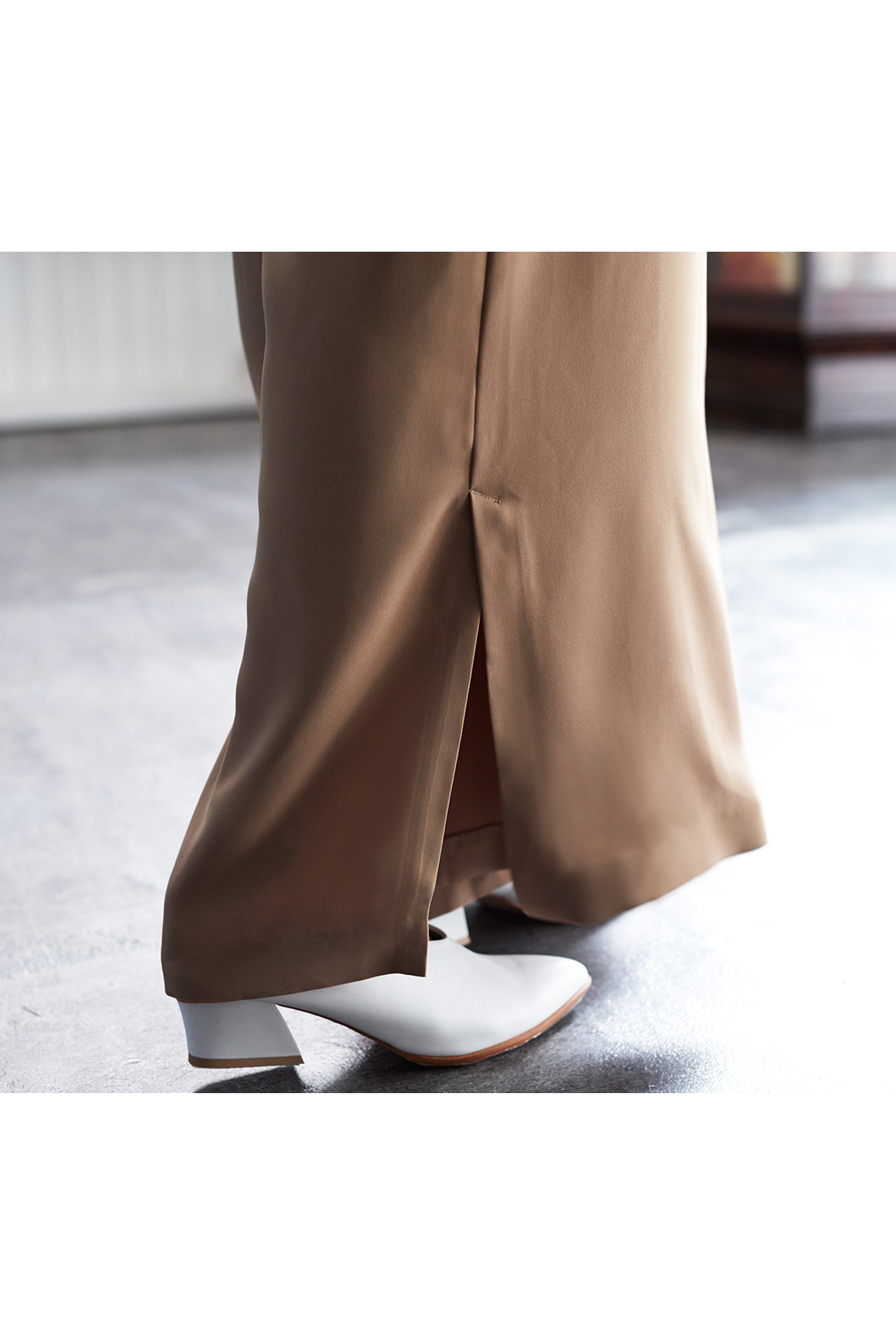 足もとにニュアンスのある表情をそえるサイドスリット入り。 ※着用イメージです。お届けするカラーとは異なります。