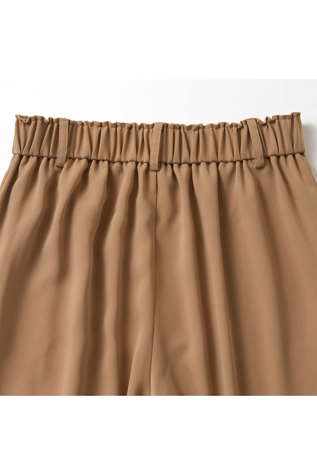 共布ベルトに隠れたウエストのわきから後ろ部分はひそかにゴム仕様。アクティブな日も快適な着心地です。 ※お届けするカラーとは異なります。