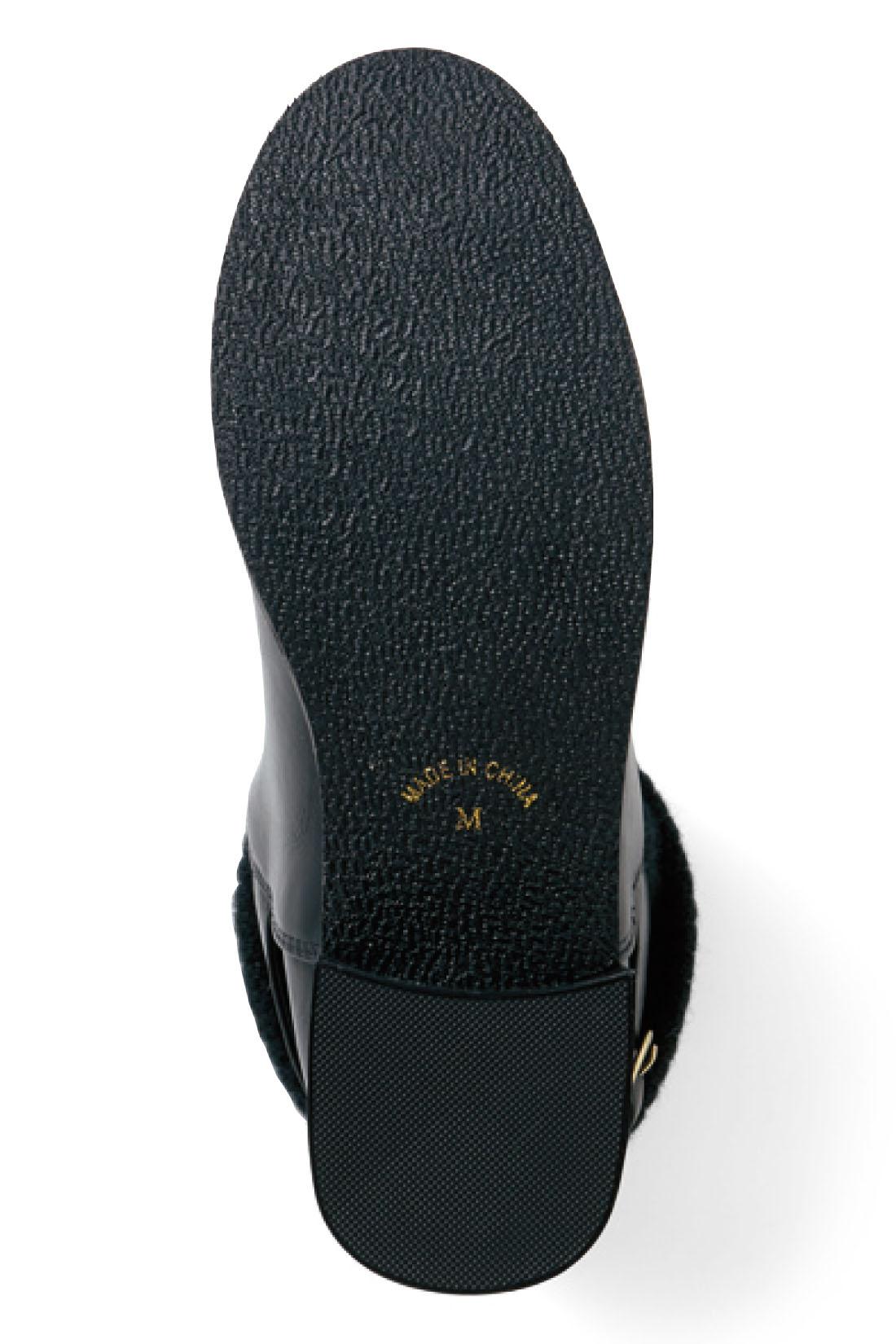 脚をきれいに見せつつ安定感のある太めヒール。底はゴム素材で滑りにくい。