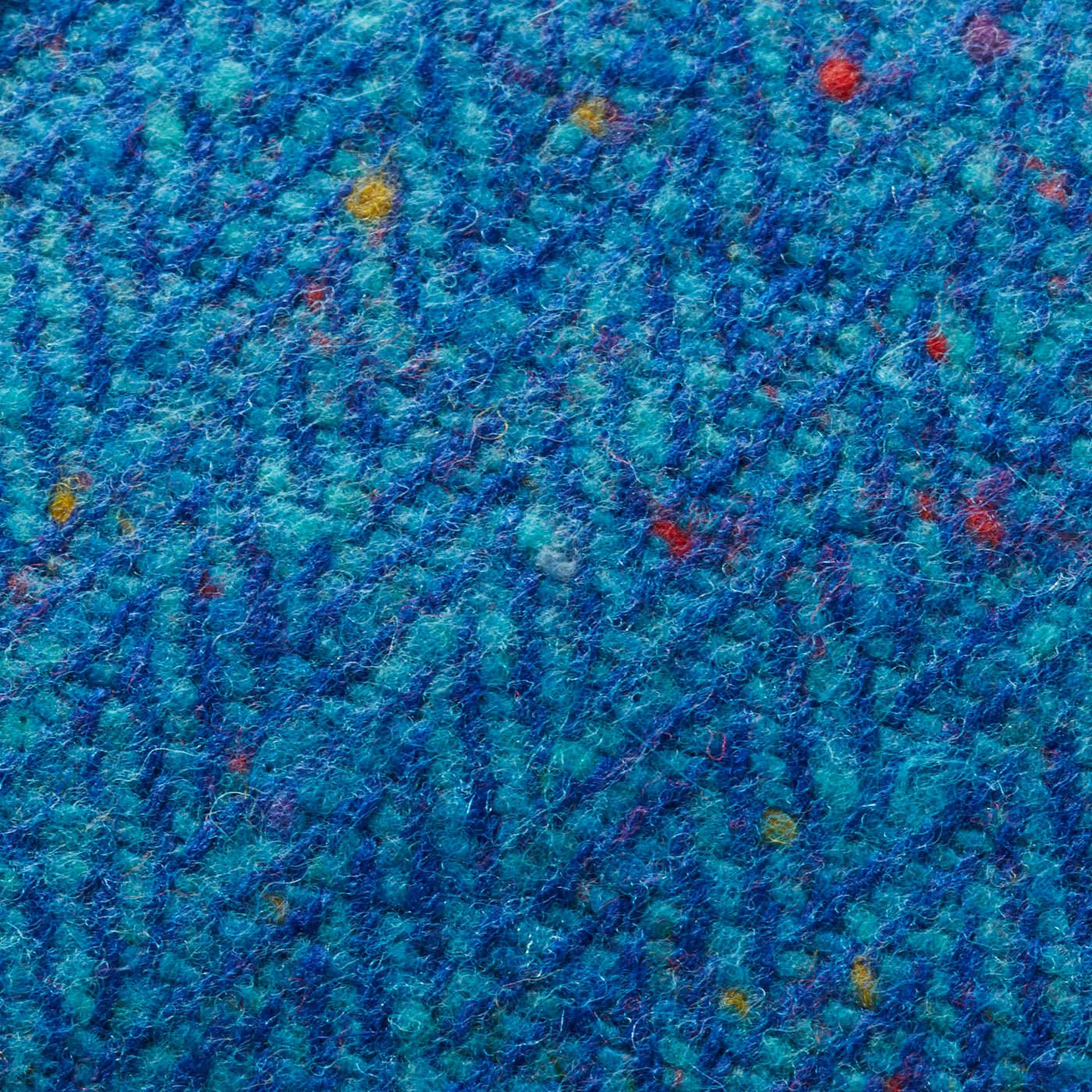ヘリンボーン模様と、ところどころに織り込まれたカラフルな節糸が特徴