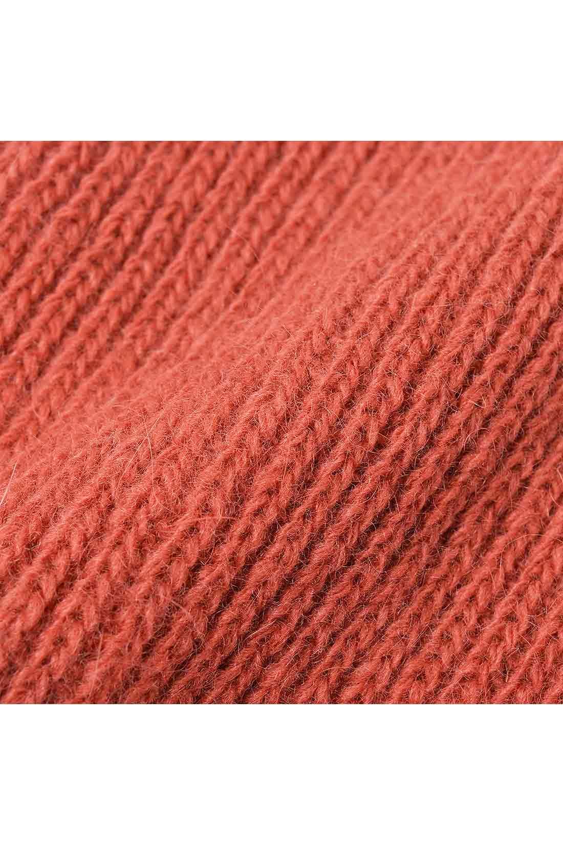 アンゴラ混の厚みのある上質素材が暖かなはき心地。ふんわりかわいい表情です。