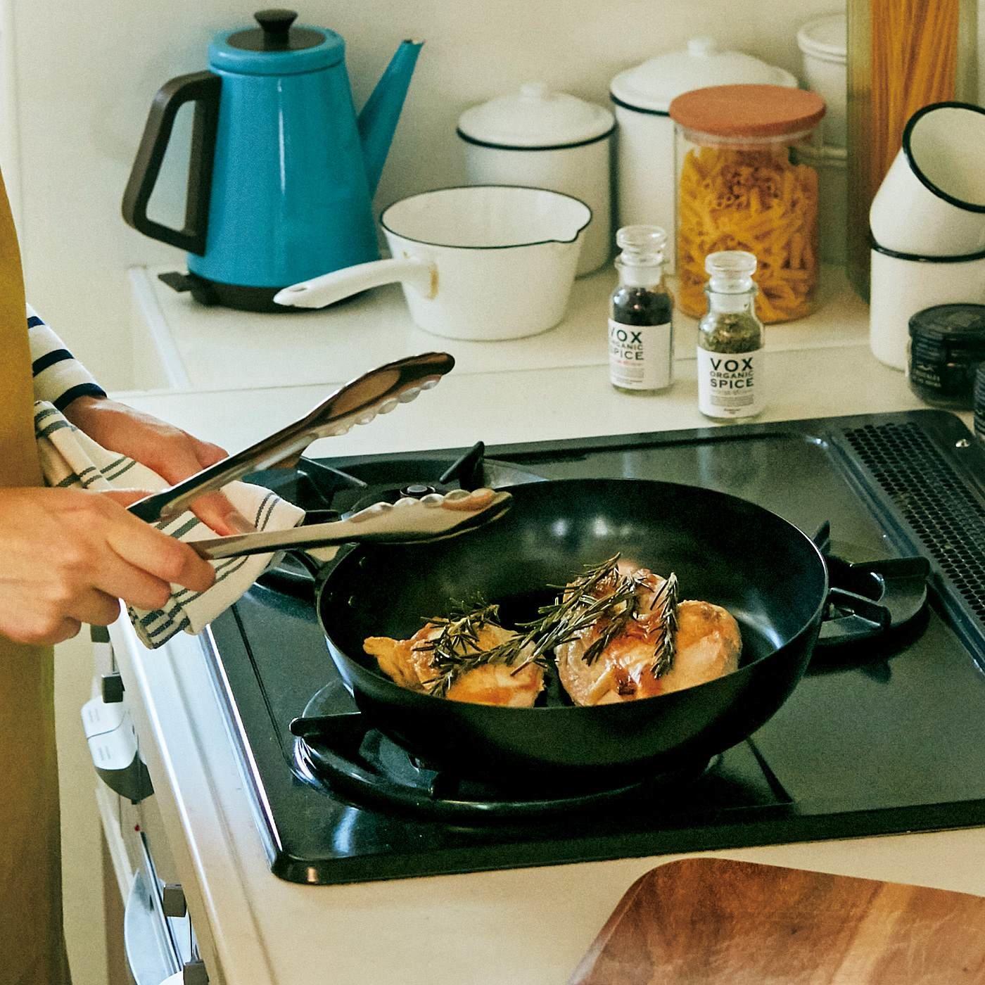 さびに強いブルーテンパー材で作った そのままオーブンに入れられる深めの鉄フライパン〈26cm〉