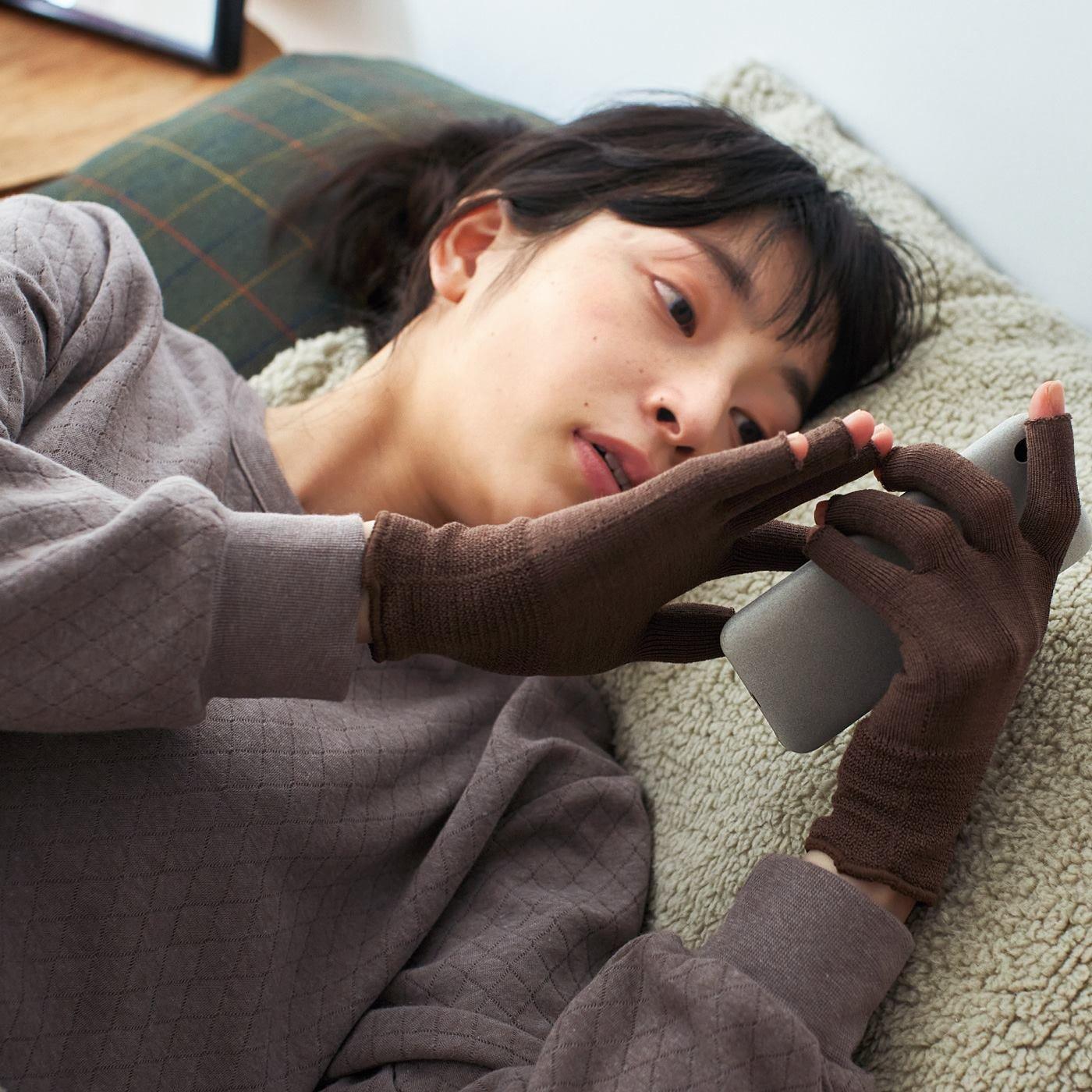 寝ている間にハンドケア ホールガーメント(R)シルク混の指あき手袋の会