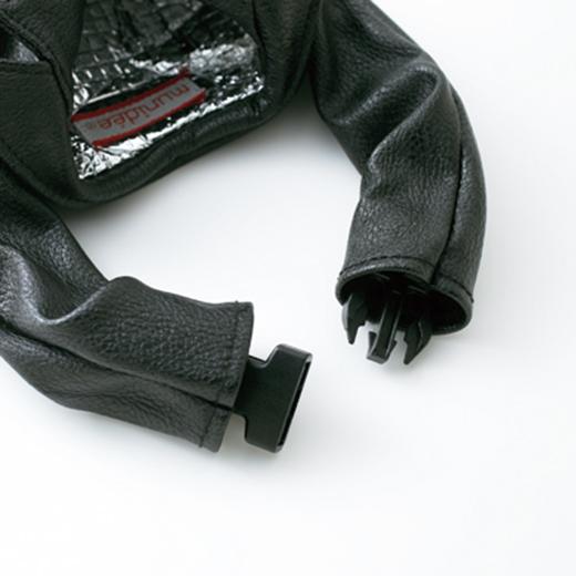袖口の留め具で、手をつなぐことができます。