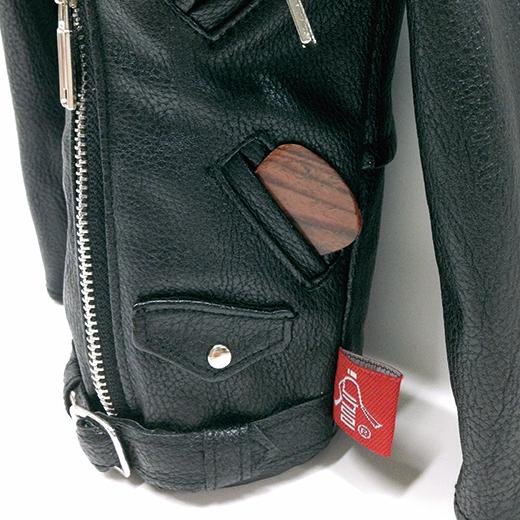 両ポケットには、ギターのピックや小銭を入れたり。