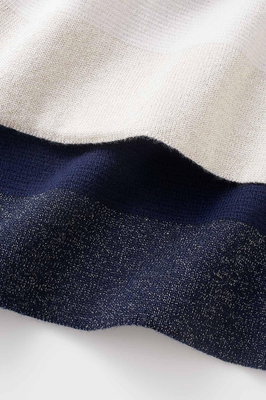 裾や袖にさりげなくラメをあしらって華やかさをプラス。