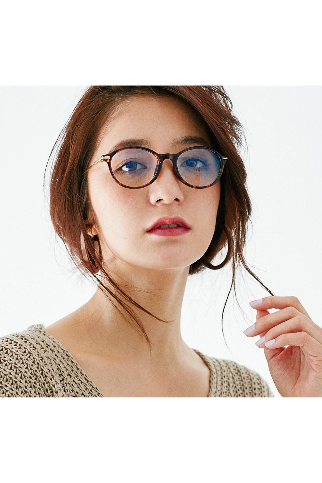 似合う人が多い、旬のラウンド型レンズを採用。少し大きめのレンズと細フレームが今年らしい!