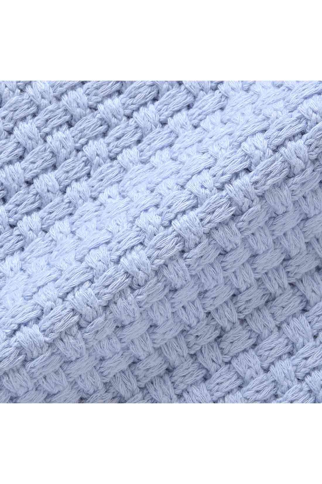 ほどよい厚みのコットンニット。フロントのバスケット編みでさっと1枚で着映えします。