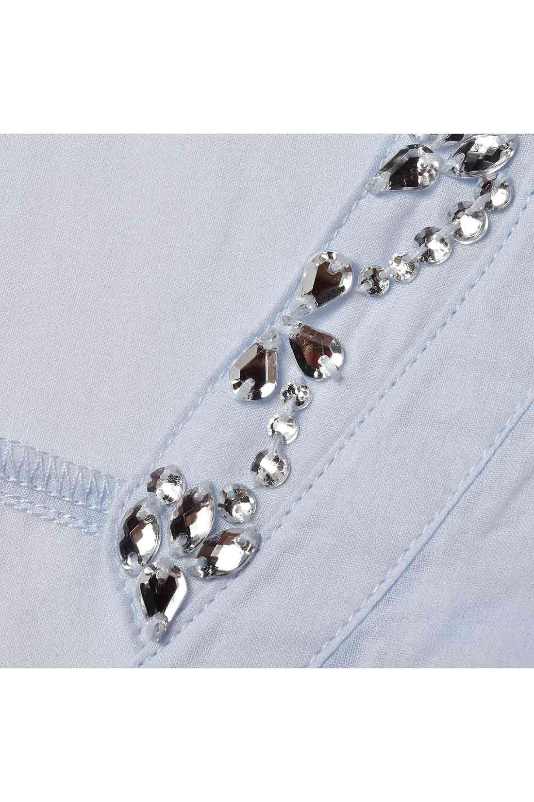 衿もとを飾るビジューはゴージャスな雰囲気に。
