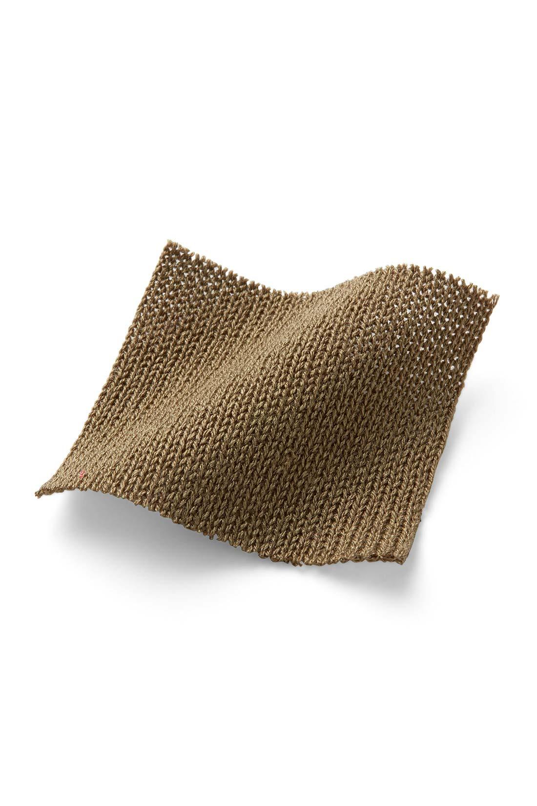 リネンタッチのアクリル素材はシャリ感があり汗ばむ季節でも快適な着心地。