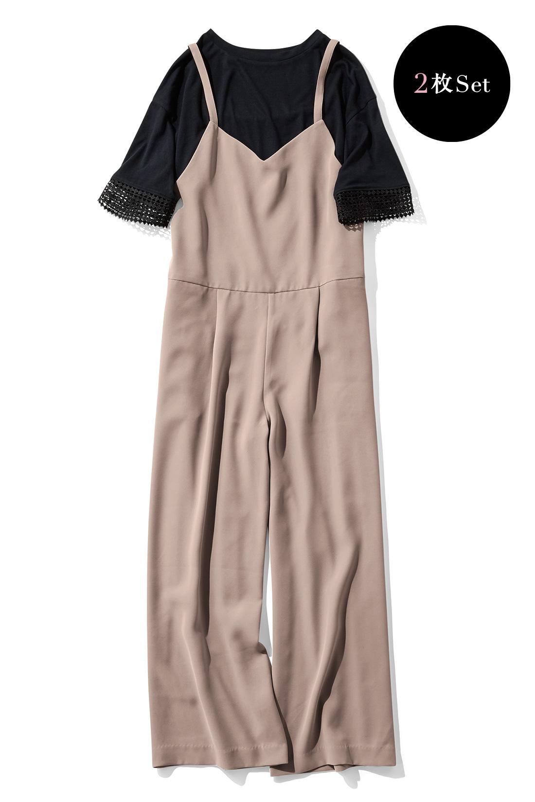 フェミニンモードな〈ベージュ×ブラック〉 頼れるシームポケット付き。足もとが美しく見える九分丈。