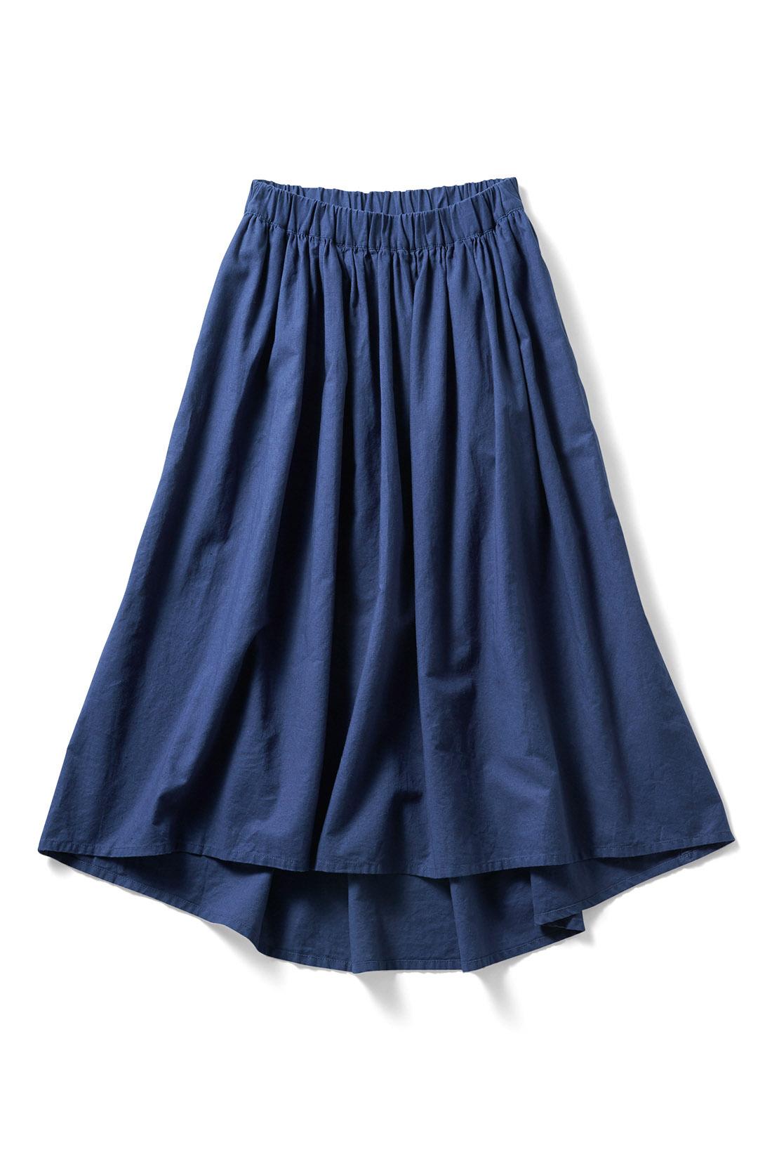 大人カジュアルな〈ブルー〉 前後で長さを変えたフィッシュテールスカート。動くたび見え隠れする脚線も艶っぽい印象。総ゴム仕様のウエストが、ストレスフリーな着心地と女性らしいボリューム感を両立。ほどよく広がるギャザーシルエットが、脚のラインをすらりと華奢見せ。