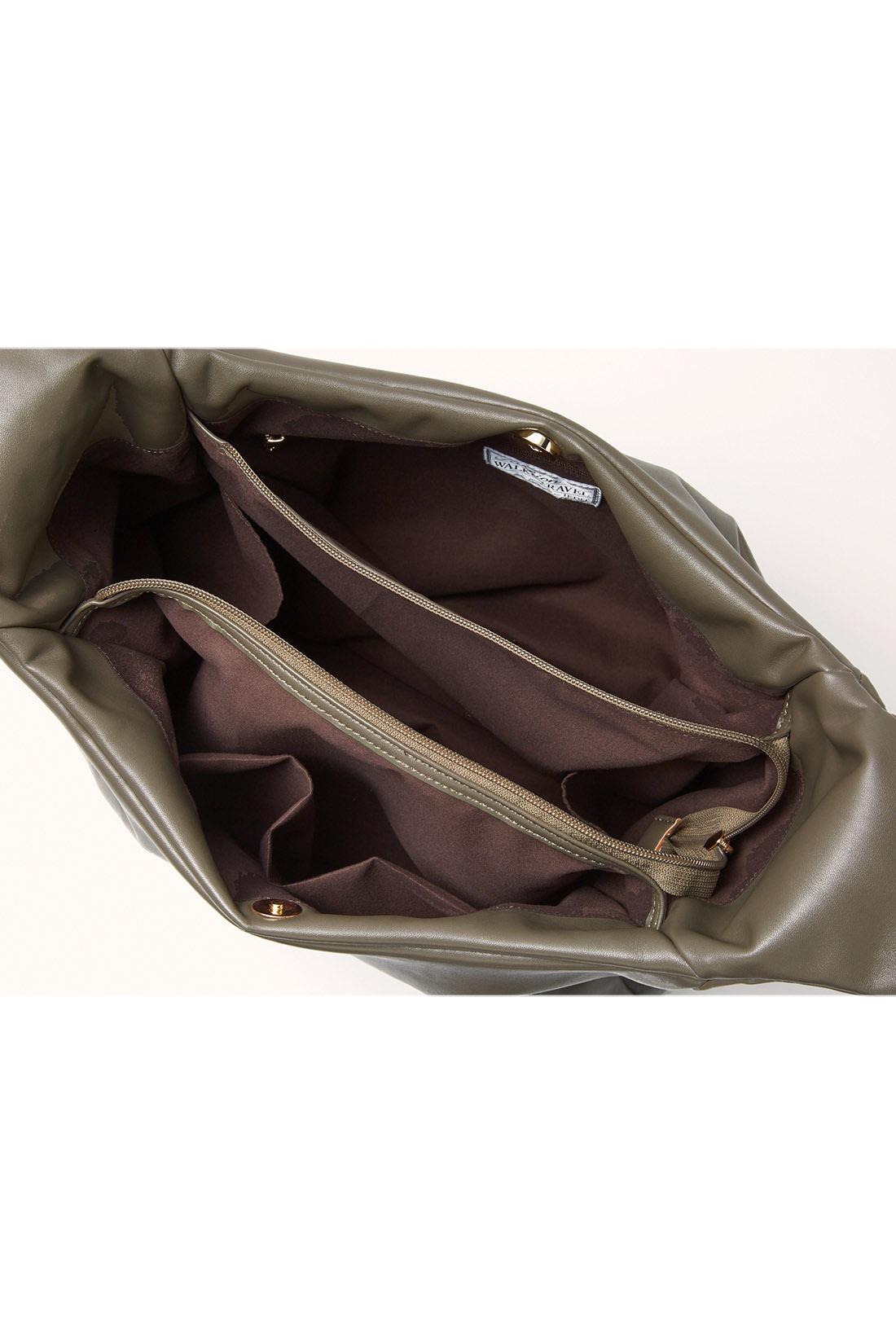 仕分け上手な3部屋構造 バッグの中で荷物が迷子にならない3部屋構造。貴重品はファスナー付きの真ん中の部屋へ。さらに3ヵ所のポケットと2ヵ所の外ポケット付き。